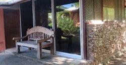 A vendre Propriété à Moorea-Côté mer , proche plage (2 bungalows et 1 fare pote)