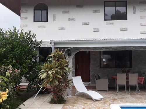 A vendre une grande maison F6 de 200M2 + annexe Studio de 80M2 C/Mer à Papara (Piscine)